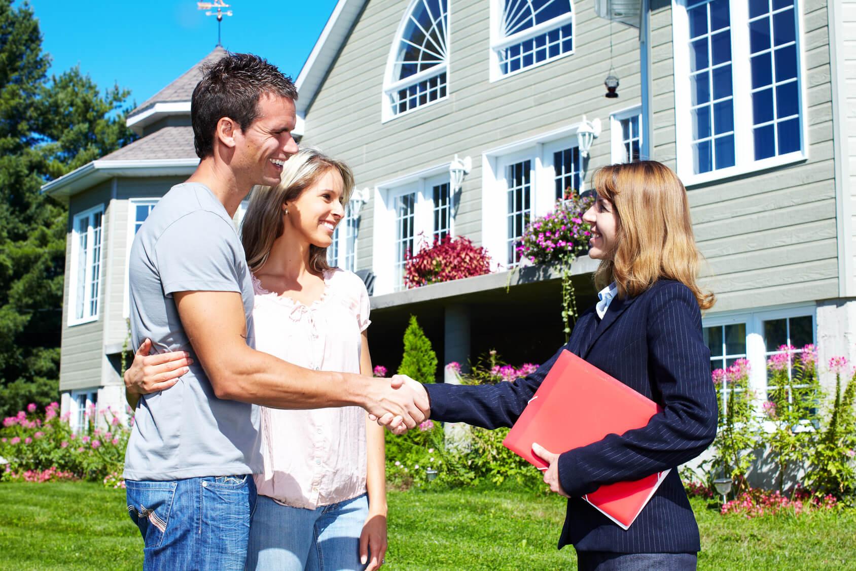 Fastighetsmäklare visar villa